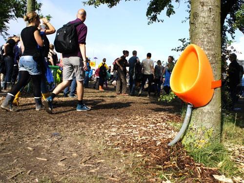 źródło: http://urbanmogullife.com/2011/07/11/now-you-too-can-pee-on-a-tree/